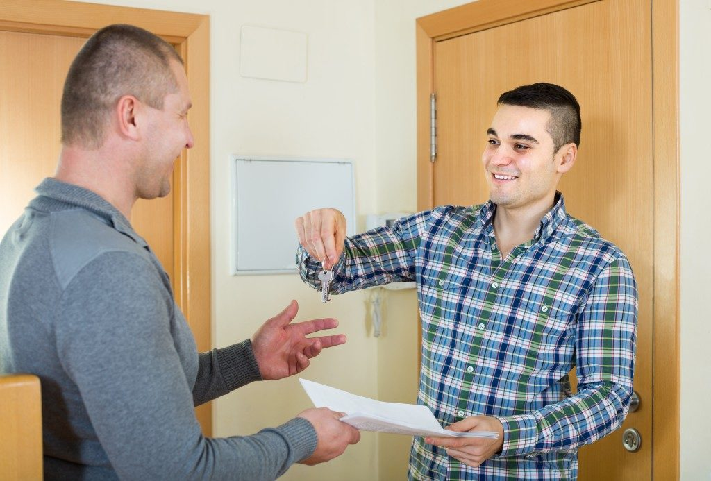 Landlord giving tenant his keys